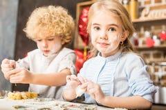 Дети делая печенья Стоковые Фото