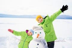 Дети делая снеговик Стоковое Изображение