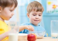 Дети едят здоровую еду дома или детский сад Стоковые Фотографии RF