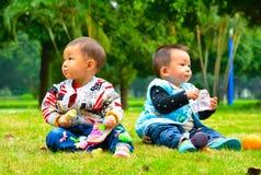 Дети едят Стоковая Фотография RF