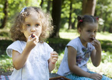 Дети едят outdoors Стоковые Изображения