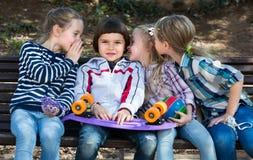 Дети деля секреты как говорить внешний Стоковые Фото