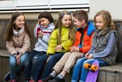 Дети деля секреты как говорящ Стоковые Изображения RF