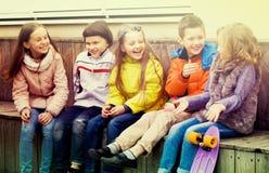 Дети деля секреты как говорящ Стоковая Фотография