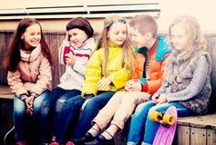 Дети деля секреты как говорящ Стоковая Фотография RF