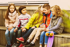Дети деля секреты как говорящ Стоковое фото RF