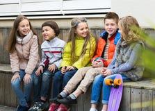 Дети деля секреты как говорящ Стоковые Изображения