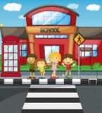 Дети ждать для того чтобы пересечь дорогу перед школой иллюстрация вектора