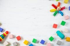 Дети забавляются блоки рамки деревянные, осьминог, автомобиль, pyramidion на белой деревянной предпосылке Взгляд сверху Плоское п Стоковые Изображения