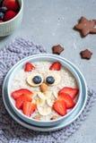 Дети завтракают каша овсяной каши с ягодами и гайками стоковое изображение rf