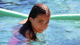 Дети зеленых глаз маленькой девочки играя на бассейне на тропическом курорте в Los Cabos Мексике стоковые фотографии rf