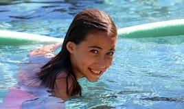Дети зеленых глаз маленькой девочки играя на бассейне на тропическом курорте в Los Cabos Мексике стоковая фотография