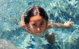 Дети зеленых глаз маленькой девочки играя на бассейне на тропическом курорте в Los Cabos Мексике стоковая фотография rf