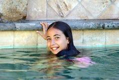 Дети зеленых глаз маленькой девочки играя на бассейне на тропическом курорте в Los Cabos Мексике стоковые изображения