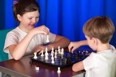 Дети играют вызванную настольную игру шахмат Стоковое Фото