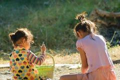 Дети играют в середине утра Стоковое Изображение