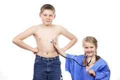 Дети играют доктора стоковые фотографии rf