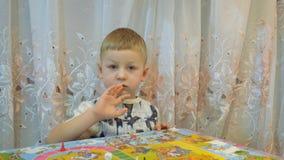 Дети играют настольные игры на таблице с семьей сток-видео