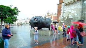 Дети играют на эроте Bendato скульптуры в Краков видеоматериал
