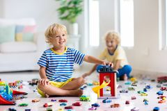 Дети играют с автомобилями игрушки Дети играя игрушки автомобиля стоковые фото