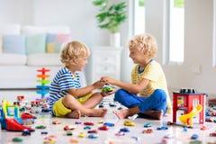 Дети играют с автомобилями игрушки Дети играя игрушки автомобиля стоковая фотография