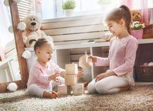 Дети играют с блоками Стоковая Фотография
