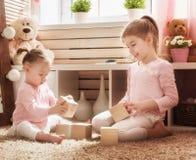 Дети играют с блоками Стоковые Изображения RF
