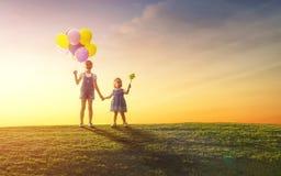 Дети играют с воздушными шарами Стоковая Фотография