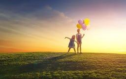 Дети играют с воздушными шарами Стоковые Изображения RF