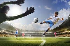Дети играют футбол на грандиозной арене стоковые фотографии rf