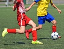 Дети играют футбол стоковое изображение rf