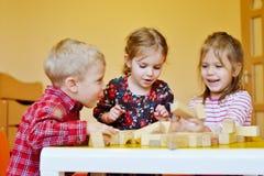 Дети играя блоки Стоковые Фото