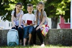 Дети играя видеоигры outdoors Стоковые Изображения