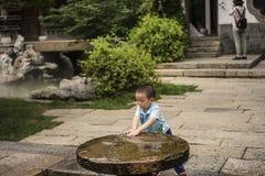 дети играя воду Стоковая Фотография RF