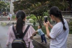 дети играя воду Стоковые Изображения