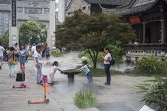 дети играя воду Стоковая Фотография