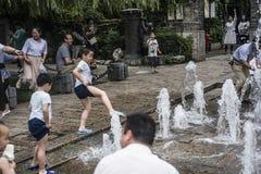 дети играя воду Стоковое фото RF