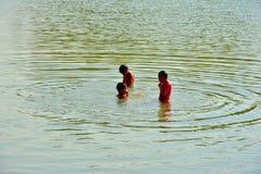 Дети играя воду в плотине Стоковые Фотографии RF
