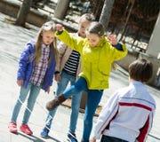 Дети играя в игре веревочки скачки Стоковое Фото
