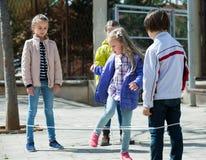 Дети играя в игре веревочки скачки Стоковые Изображения