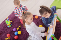 Дети играя в комнате стоковое фото