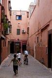 Дети играя в коридоре старого городка стоковые фотографии rf