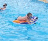 Дети играя в плавательном бассеине Стоковая Фотография