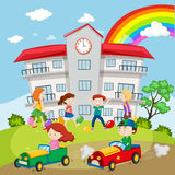 Дети играя в поле школы иллюстрация штока