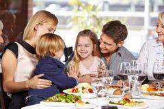 Дети играя в ресторане Стоковые Изображения