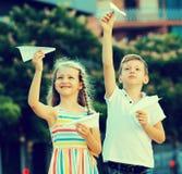 Дети играя игрушки самолета Стоковая Фотография RF
