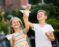 Дети играя игрушки самолета Стоковое фото RF