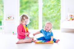 Дети играя музыку с ксилофоном Стоковое Фото