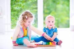 Дети играя музыку с ксилофоном Стоковая Фотография