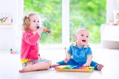 Дети играя музыку с ксилофоном Стоковое Изображение